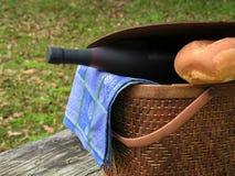 Primer de la cesta de la comida campestre Foto de archivo
