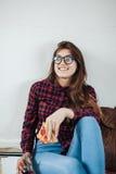 Primer de la chica joven que come la pizza Imagen de archivo libre de regalías