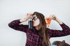 Primer de la chica joven que come la pizza Imágenes de archivo libres de regalías