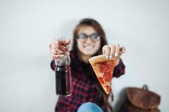 Primer de la chica joven que come la pizza Fotos de archivo libres de regalías