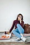 Primer de la chica joven que come la pizza Foto de archivo libre de regalías