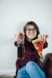 Primer de la chica joven que come la pizza Fotografía de archivo