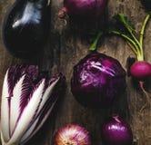 Primer de la colección vegetal púrpura del grupo en la tabla de madera Imagenes de archivo