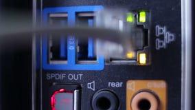 Primer de la conexión de cable de la red que enchufa, centelleo LED almacen de metraje de vídeo