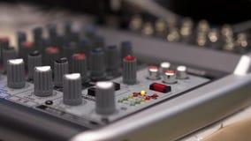 Primer de la consola de mezcla existencias Cierre encima de los botones del multicolor de la consola del mezclador de sonidos, pr almacen de metraje de vídeo