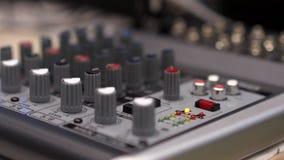 Primer de la consola de mezcla existencias Cierre encima de los botones del multicolor de la consola del mezclador de sonidos, pr almacen de video
