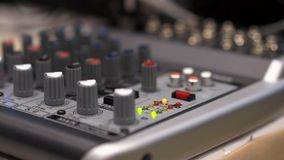 Primer de la consola de mezcla existencias Cierre encima de los botones del multicolor de la consola del mezclador de sonidos, pr imágenes de archivo libres de regalías