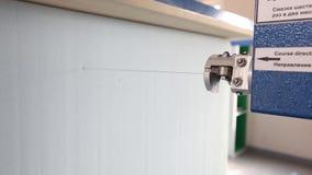 Primer de la cortadora del cubo del polipropileno, colchón de la fábrica, espuma de la tapicería, foco almacen de metraje de vídeo