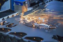 Primer de la cortadora del laser del CNC que corta el plat imágenes de archivo libres de regalías