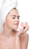 Primer de la crema hermosa del olor de la mujer. fotos de archivo libres de regalías