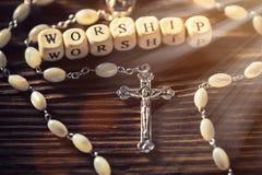 Primer de la cruz cristiana del hierro en la tabla de madera Imagen de archivo libre de regalías