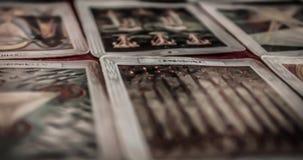 Primer de la cubierta mística oculta del tarot y de las cartas de tarot viejas que ponen en la tabla para un ritual pagano mágico almacen de metraje de vídeo