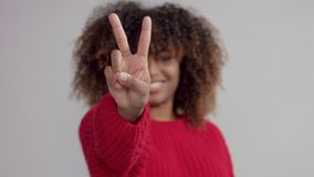 Primer de la cuenta de la mano de la mujer de 3 a 1 almacen de metraje de vídeo