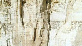 Primer de la cuesta blanca del acantilado del alivio y de la gruta grande en el medio de la cuesta tiro Acantilado majestuoso de  metrajes