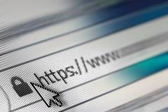 Primer de la dirección del HTTP en explorador Web en sombras del azul - profundidad del campo baja fotos de archivo