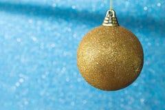 Primer de la ejecución azul de la chuchería de un árbol de navidad adornado Fondo de la decoración del árbol de navidad fotografía de archivo libre de regalías