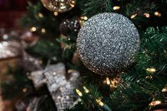 Primer de la ejecución de plata de la chuchería de un árbol de navidad adornado Imágenes de archivo libres de regalías