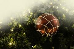 Primer de la ejecución roja de la chuchería de un árbol de navidad adornado r Imagen de archivo libre de regalías