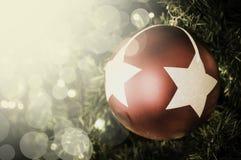 Primer de la ejecución roja de la chuchería de un árbol de navidad adornado r Imagen de archivo