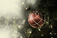 Primer de la ejecución roja de la chuchería de un árbol de navidad adornado r Foto de archivo libre de regalías