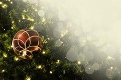 Primer de la ejecución roja de la chuchería de un árbol de navidad adornado r Fotos de archivo
