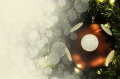 Primer de la ejecución roja de la chuchería de un árbol de navidad adornado r Fotografía de archivo libre de regalías