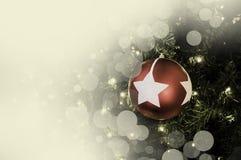 Primer de la ejecución roja de la chuchería de un árbol de navidad adornado r Fotos de archivo libres de regalías