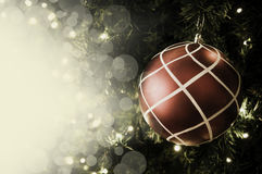 Primer de la ejecución roja de la chuchería de un árbol de navidad adornado r Imágenes de archivo libres de regalías
