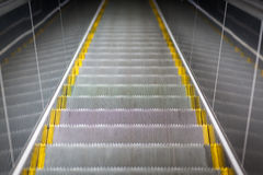 Primer de la escalera móvil de la escalera, verja del metal Foto de archivo