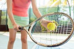 Primer de la estafa de tenis de alta calidad de un jugador femenino profesional foto de archivo libre de regalías