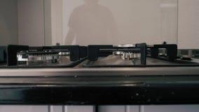 Primer de la estufa de gas a estrenar, moderna en encimera en cocina casera moderna contemporánea metrajes