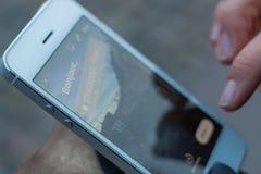 Primer de la exhibición del teléfono móvil con una historia que dice el Str de Bonjour imágenes de archivo libres de regalías
