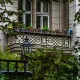 Primer de la fachada del balcón de la casa de Berlín foto de archivo libre de regalías