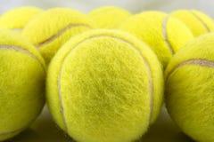 Primer de la formación de las pelotas de tenis Fotografía de archivo