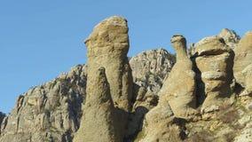 Primer de la formación de roca aguda tiro Montañas contra el cielo azul almacen de metraje de vídeo