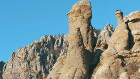 Primer de la formación de roca aguda tiro Montañas contra el cielo azul metrajes