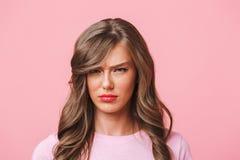 Primer de la foto de la mujer del trastorno con el pelo rizado largo en t-shi básico Imágenes de archivo libres de regalías