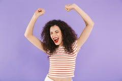 Primer de la foto de la mujer emocionada caucásica con el pelo rizado en el summ imagen de archivo