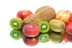 Primer de la fruta fresca en el fondo blanco con la reflexión Fotografía de archivo