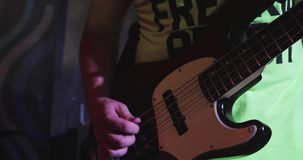 Primer de la guitarra baja almacen de metraje de vídeo