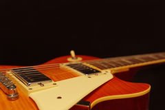 Primer de la guitarra eléctrica en fondo negro, con el un montón de espacio de la copia Foco selectivo Fotos de archivo