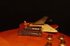 Primer de la guitarra eléctrica en fondo negro Foco selectivo Imagenes de archivo