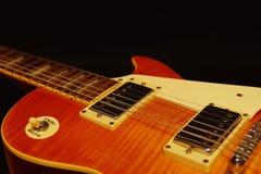 Primer de la guitarra eléctrica en fondo negro Profundidad del campo baja Imágenes de archivo libres de regalías