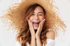 Primer de la imagen de la mujer emocionada 20s que lleva screami grande del sombrero de paja fotos de archivo libres de regalías