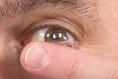 Primer de la lente de contacto y del ojo 3 Foto de archivo libre de regalías