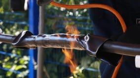 Primer de la llama que calienta el tubo Capítulo Arte al aire libre almacen de metraje de vídeo