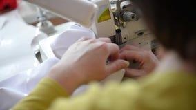 Primer de la máquina de coser de trabajo almacen de metraje de vídeo