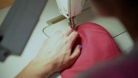 Primer de la máquina de coser de trabajo almacen de video
