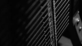 Primer de la máquina del cable-tirón funcionando en el gimnasio Fotografía negra y blanca almacen de video