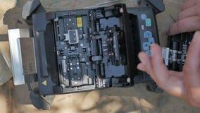 Primer de la máquina del empalme del cable de fribra óptica almacen de metraje de vídeo